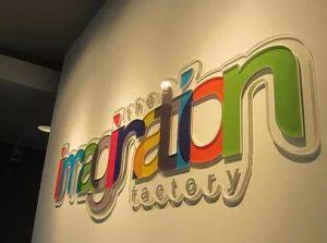 thi công chữ mica trang trí văn phòng bảng hiệu